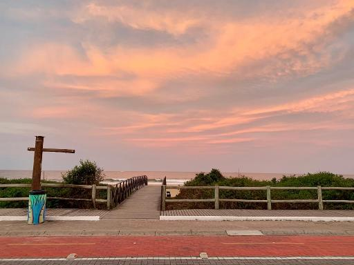 é só abrir o seu portão e atravessar a rua e pisar na areia da praia mais linda do Brasil.