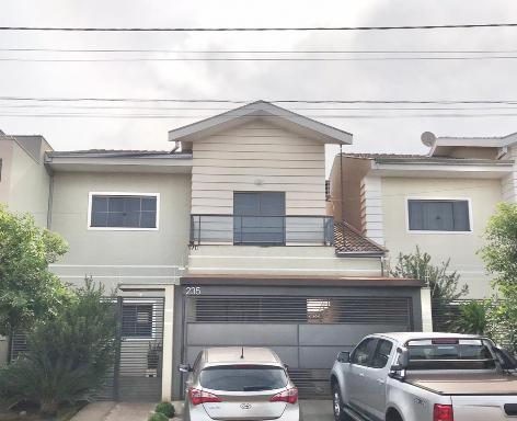 Casa estilo americano, 2 vagas em garagem coberta.