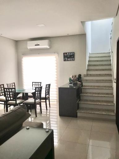 Salas integrada com espaço  relax. Escada em granito.